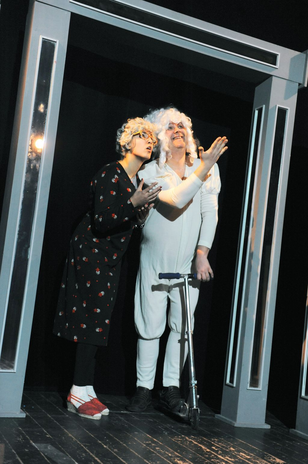 scena iz pakleno-rajske komedije Ri Teatra DOLJE JE BOLJE 1