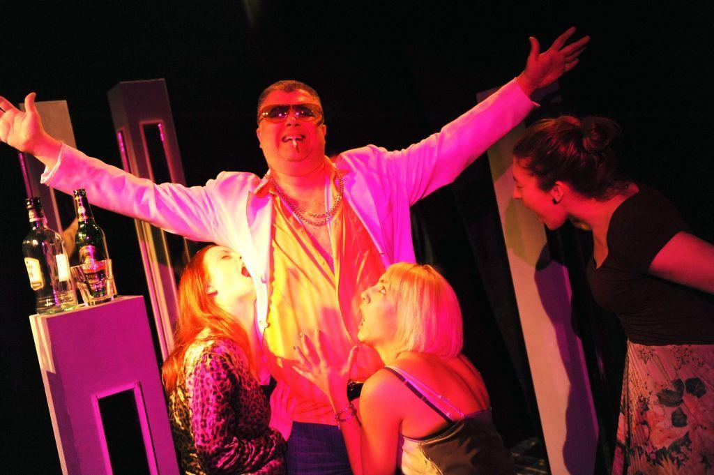 scena iz pakleno-rajske komedije Ri Teatra DOLJE JE BOLJE 2