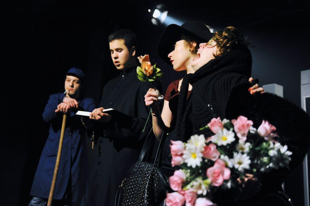 scena iz pakleno-rajske komedije Ri Teatra DOLJE JE BOLJE 5